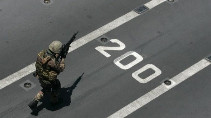"""جندي خلال مناورة لحلف الناتو أطلق عليها اسم """"الحامي الموحد"""" في 15 حزيران/يونيو 2011 في البحر الأبيض المتوسط، على متن حاملة الطائرات الإيطالية """"جوزيبي غاريبالدي"""" (AFP) """