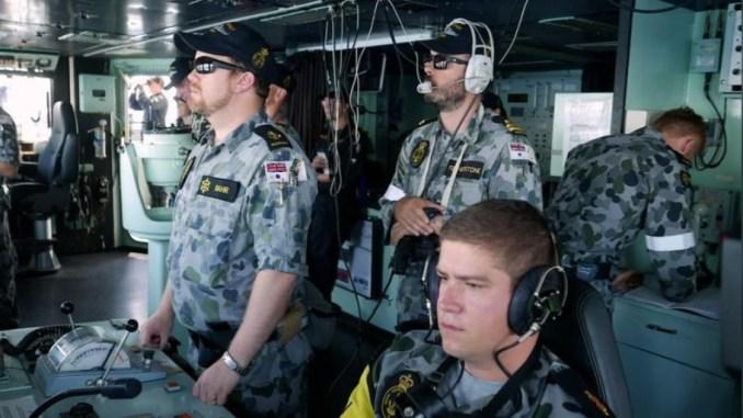 أفراد طاقم على متن فرقاطة تابعة للبحرية الملكية الأسترالية في أكبر مناورة بحرية أسترالية قبالة ميناء داروين الشمالي الاستراتيجي يوم 7 أيلول/سبتمبر 2018 (رويترز)