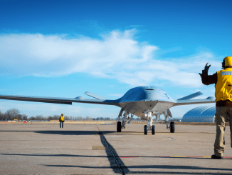 """اختبارات نموذج طائرة MQ-25A Stringray من دون طيار طراز """"بوينغ"""" في منشأة الشركة في سانت لويس (شركة بوينغ)"""