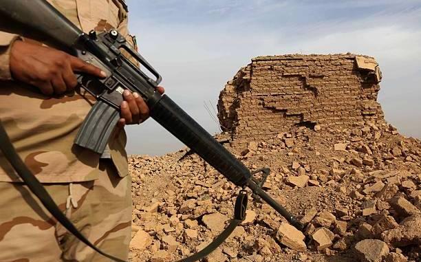 جندي من الجيش العراقي يحمل بندقية هجومية من طراز M16 بينما كان يقف حراسة على أطلال موقع نمرود الأثري ، والتي تضررت بشدة من جهاديين من تنظيم الدولة الإسلامية، بعد استعادة القوات العراقية للبلدة القديمة الواقعة على بعد 30 كيلومترا جنوبا. من الموصل في محافظة نينوى (AFP)