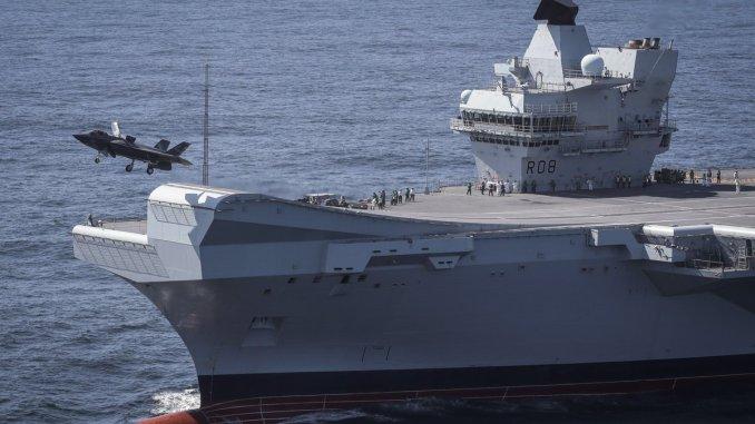 هبوط مقاتلة إف-35 على حاملة الطائرات البريطانية الملكة إليزابيث