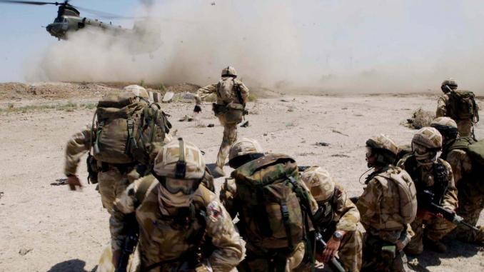 صورة نشرتها وزارة الدفاع البريطانية تُظهر جنودًا من الجيش البريطاني بالقرب من مدينة البصرة الجنوبية العراقية في 2 تموز/يوليو 2004 (AFP)