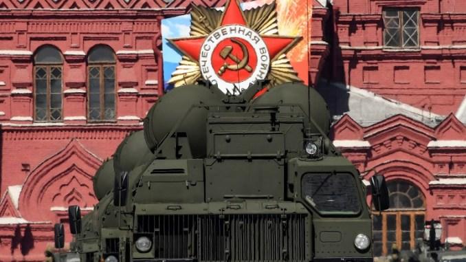 """أنظمة الصواريخ الدفاعية الروسية """"أس-400 تريومف"""" تمر عبر الميدان الأحمر خلال العرض العسكري ليوم النصر في موسكو في 9 أيار/مايو 2018 (AFP)"""