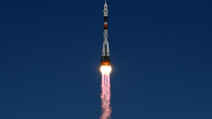 """صاروخ روسي من طراز """"سويوز"""" حاملاً مركبة شحن غير مأهولة """"بروغرس"""" إلى محطة الفضاء الدولية يُطلق من قاعدة بايكونور الروسية في 11 تشرين الأول/أكتوبر 2018 (AFP)"""