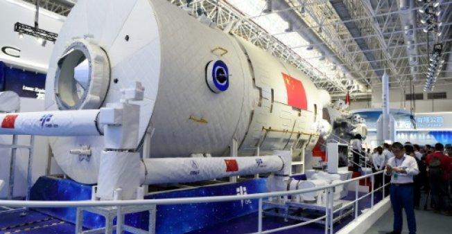 صورة ملتقطة في 6 تشرين الثاني/نوفمبر 2018 لنموذج من المحطة الفضائية الصينية في معرض الطيران والفضاء في جوهاي جنوب الصين (فرانس برس)