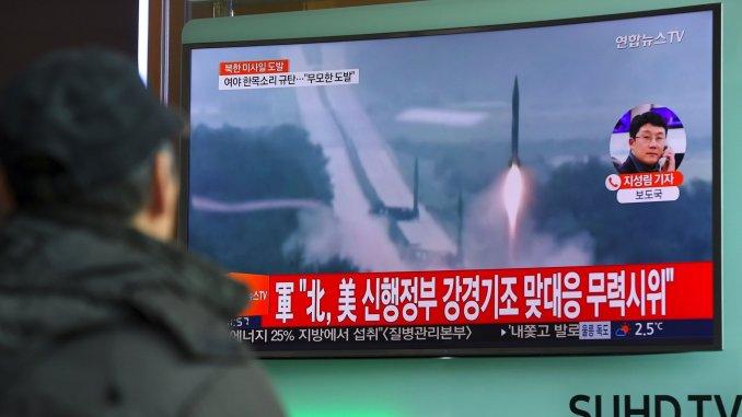 رجل كوري جنوبي يراقب الأخبار التي تعرض لقطات فيديو لإطلاق كوريا الشمالية للصواريخ في 12 شباط/فبراير 2017 (AFP)