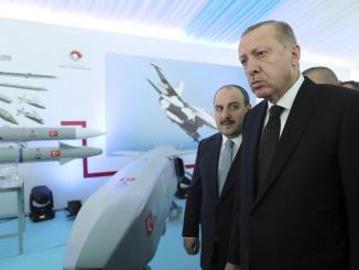 الرئيس التركي رجب طيب أردوغان أثناء تفقّده منظومات دفاعية (صورة أرشيفية)