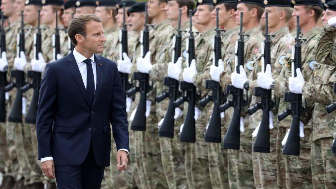 الرئيس الفرنسي إيمانويل ماكرون أمام عناصر من القوات المسلّحة (صورة أرشيفية)