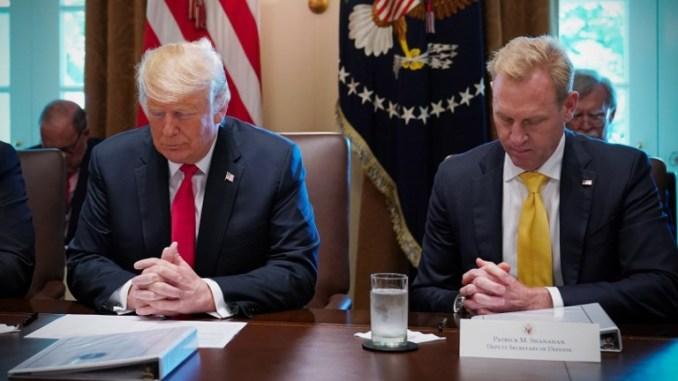 صورة التُقطت في 16 آب/أغسطس 2018 في واشنطن العاصمة ، يظهر بها الرئيس الأميركي دونالد ترامب ونائب وزير الدفاع باتريك شاناهان قبل بدء اجتماع لمجلس الوزراء في غرفة مجلس الوزراء بالبيت الأبيض (AFP)