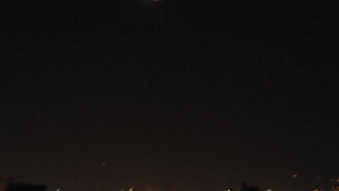 """صورة أصدرتها وكالة الأنباء السورية الرسمية (سانا) في 25 ديسمبر 2018 ، تًظهر سلسلة من الضوء في سماء العاصمة السورية دمشق. أفادت وسائل الإعلام الرسمية أن الدفاعات الجوية السورية فتحت النار على """"أهداف معادية"""" بالقرب من العاصمة (AFP)"""