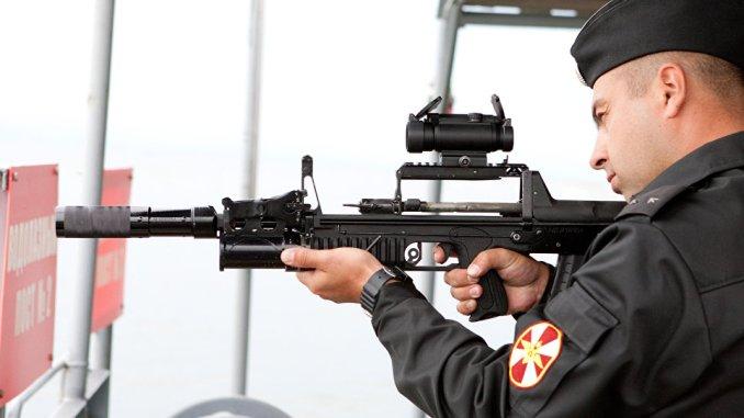 """جندي روسي يستخدم بندقية """"شا-12"""" الجديدة (سبوتنيك)"""