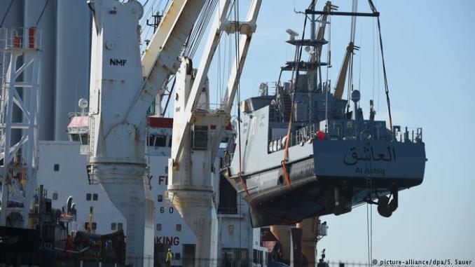أحد زوراق الدوريات البحرية خلال تصنيعه لصالح السعودية في مدينة فولغاست بشمال ألمانيا.
