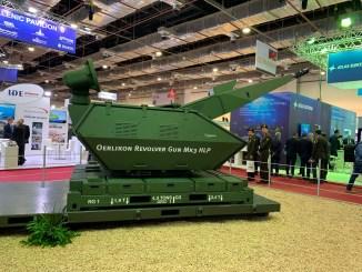 """مدفع MK3 Oerlikon عيار 35 ملم والمُوجّه بالرادار والمستعشرات الكهروبصرية على جناج شركة رينميتال الألمانية خلال فعاليات معرض """"إيدكس 2018"""" (شيرين مشنتف – صورة خاصة)"""