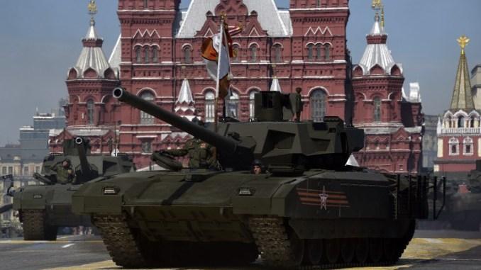 دبابات روسية من نوع T-14 Armata خلال العرض العسكري ليوم النصر في الميدان الأحمر في موسكو يوم 9 أيار/مايو 2015 (AFP)