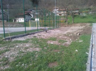 Grabljenje izkopanih in nasutih delov okolice igrišča_9