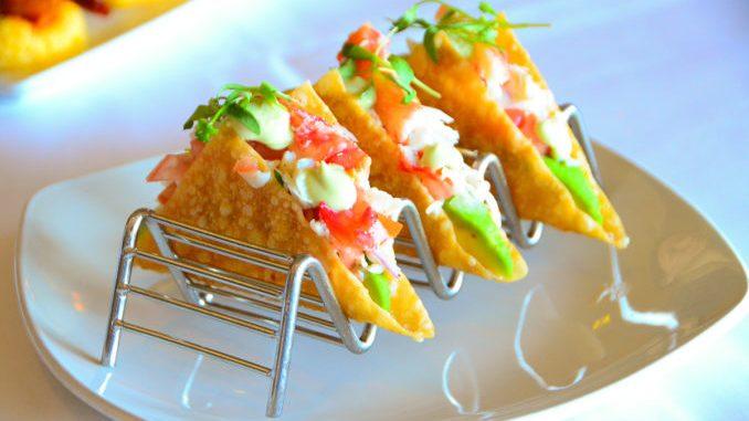 海鲜餐厅Crab Catcher推出的用炸云吞片做的海鲜taco。(图/李旭生)