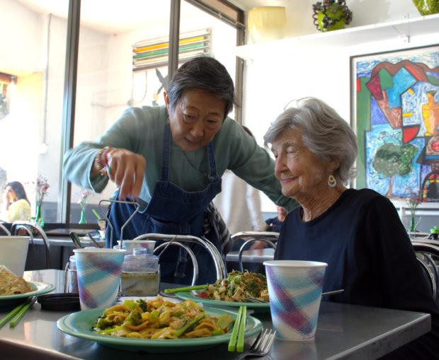 年逾古稀的Saffron泰国餐馆女主人于素梅(Su-Mei Yu)很喜欢跟客人攀谈。(图/杨婕)