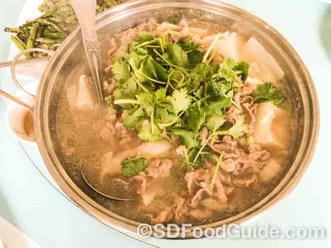 神厨Mr. Holy Gao的特色菜-北京羊肉小火锅。