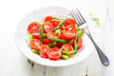 多吃番茄、芦笋等新鲜时蔬,并用醋或柠檬汁来调制沙拉,可以很好地净化血液、减去冬日增加的体重。(fotolia)