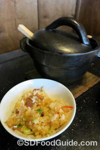 日式锅饭是将米饭加入高汤和其他配料,以独立一人份的铁质锅具来烹煮。(摄影:潘淑韵)