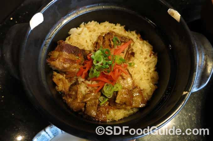 日式锅饭Kama Kakuni是红烧肉口味的锅饭,米饭吸收了食材的精华,口味浓郁!(摄影:潘淑韵)