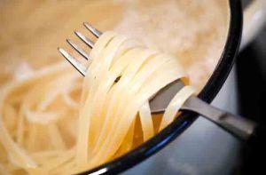 意大利面下锅后,要经常搅拌。