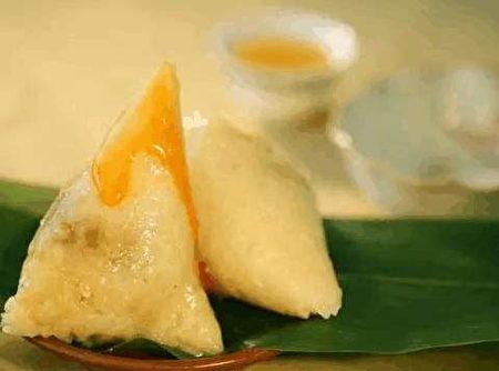 西安粽子上淋上蜂蜜,具有凉甜芳香、沁人肺腑的特点。(网络图片)