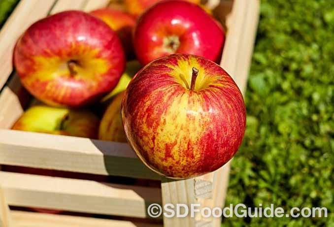 苹果营养丰富,是一种广泛使用的天然美容品,被许多爱美人士奉为美容圣品。