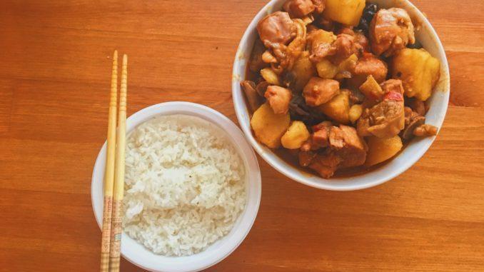 土豆烧鸡配米饭