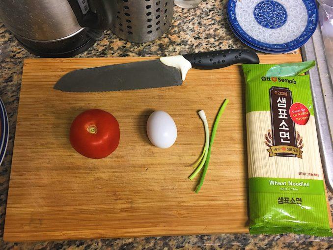 番茄鸡蛋面的原料准备