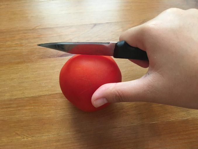 剥番茄皮之前先刮整个番茄,皮会很好脱落。