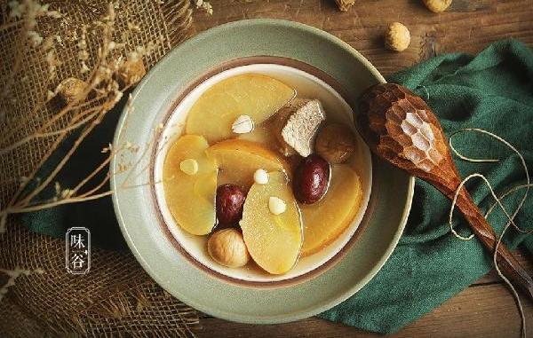 苹果雪梨汤,既滋润,又具营养价值。苹果、雪梨、无花果、红萝卜含多种营养素,脂肪含量低,纤维含量高,绝对是健康之选!