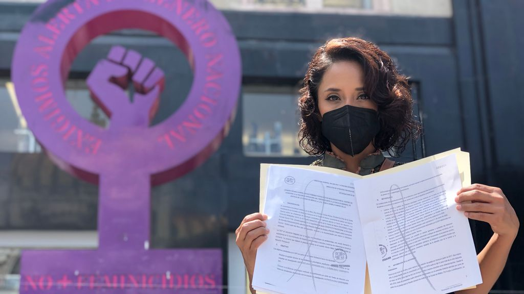 Standing in front of the symbol of feminine power against femicides, Karla García said she is a survivor of domestic violence. (Julio Guzmán/Zenger)