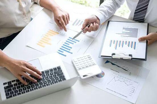 أصحاب أعمال يطلقون مبادرات لدعم إجراءات تحرير صرف العملات