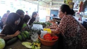 Siswa mengamati jenis barang dagangan dan mewawancarai pedagang di Pasar Penumping.