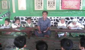 Semaan Alquran Juz 30 kelas I SD Ta'mirul Islam dipandu oleh guru Alquran
