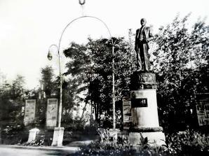 Старый памятник Ленину