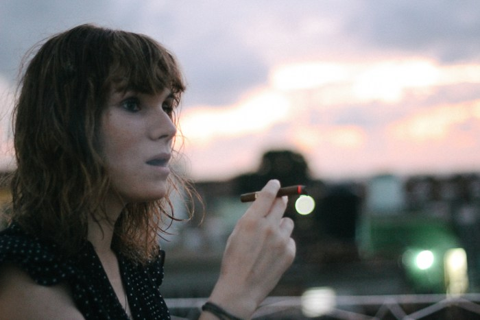 femme qui fume le cigare