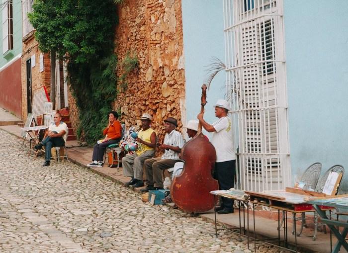 musiciens dans la rue à trinidad
