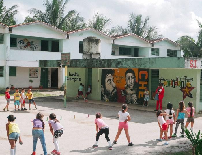 portrait du che sur une école à santa clara cuba