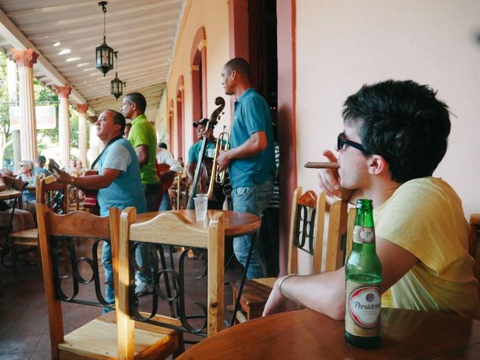 bière et cigare à vinales cuba