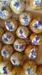Macrons with cream cheese and borage flowers