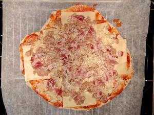 Pizza de atún y bacon antes del horneado