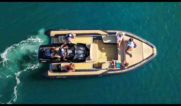 Sealver, Premium waveboat ZLINE Z8 HEVO FULL WAKE + MEDIUM, wave boat, jet boat, bateau jet, premium tender, jetski tender, annexe jetski, fun tender, annexe, 8 mètres, 8 meters, annexe fun, bateau, tender yacht, annexe yacht, design, sportif, sun beds, sun bath, bains de soleil, wakeboard, semirigid, semi-rigide, hypalon, flotteurs progressifs, progressive floats, confort, comfort, carré, luxe, sur mesure, custom, made in France, French flair, French design, luxuous boat tender, compatible seadoo, compatible Kawasaki, compatible Yamaha, flotteurs carbon progressifs, progressive carbon floats, plan de pont, vue de haut, wave boat deck view, boat upper view