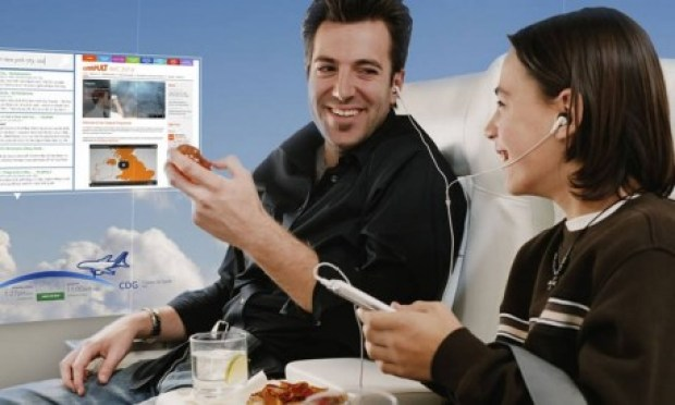 Empresa inglesa troca janelas de avião por telas com vista panorâmica