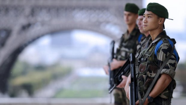 Soldados franceses patrulham a região da Torre Eiffel, em Paris