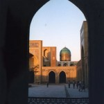 2500年の都ブハラ。夕暮れのメドレセに流れる悠久の旋律【ウズベキスタン】