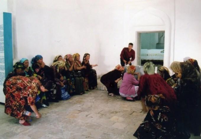 泉で水汲みするウズベクの人たち【ウズベキスタン(ブハラ)】