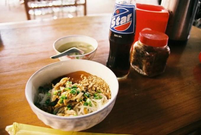 カオスエ(米の麺) ニャウンウーのローカル食堂【ミャンマー(ニャウンウー)】