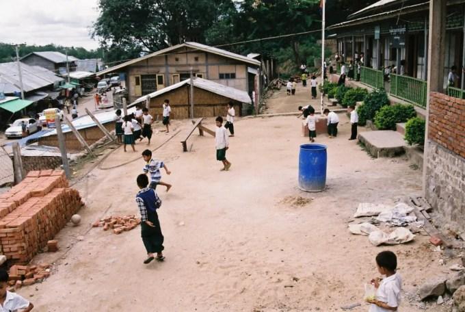 ポッパ山(タウン・カラッ)の門前町にある小学校【ミャンマー(ポッパ山)】